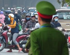 Đoàn xe băng băng đi ngược đường Hà Nội phản ứng bất ngờ khi gặp CSGT