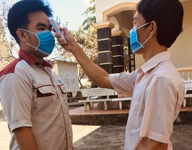 Cơ sở giáo dục nghề nghiệp tự pha dung dịch sát khuẩn tặng học viên