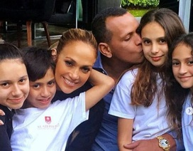 Jennifer Lopez khen bạn trai bình tĩnh với con của cô