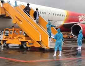 Chuyến bay đầu tiên chở 221 người Việt từ Hàn Quốc hạ cánh xuống Vân Đồn