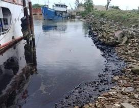 Truy tìm thủ phạm gây ra vết dầu loang trên sông Lam