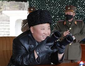"""Ông Kim Jong-un giám sát tập trận giữa lúc """"bão"""" corona càn quét khu vực"""