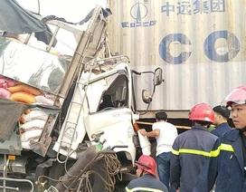 Đang giải cứu 3 người mắc kẹt trong cabin xe tải bẹp dúm