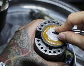 Độc đáo nghề chạm khắc đồng hồ ở Hà Nội