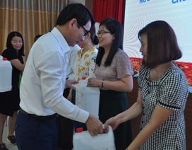 Phân hiệu Đại học Huế tặng hàng trăm lít nước rửa tay cho các trường THPT