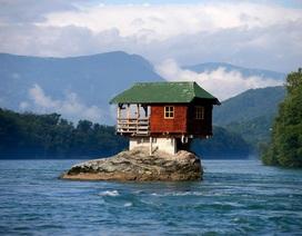 """Kỳ lạ những ngôi nhà được xây dựng ở nơi """"không ai nghĩ đến"""""""