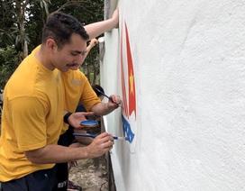 Hải quân Mỹ vẽ tranh, sơn tường trung tâm trẻ bất hạnh ở Đà Nẵng