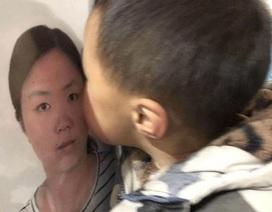 Bé trai hôn di ảnh của người mẹ đã mất trong cuộc chiến chống lại Covid-19