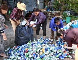 """Câu lạc bộ gom """"ve chai"""" bán gây quỹ, giúp đỡ chị em nghèo"""