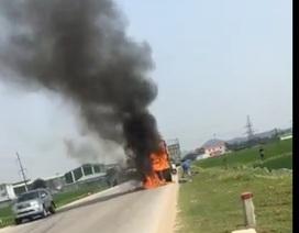 Xe chở bìa các tông bốc cháy trên quốc lộ