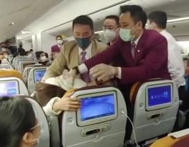 Ho vào người tiếp viên hàng không, một phụ nữ Trung Quốc bị khống chế