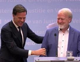 """Khuyến cáo dừng bắt tay vì virus corona, Thủ tướng Hà Lan vô tình """"vi phạm"""""""