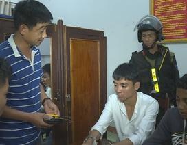 Bắt nhóm đối tượng xông vào phòng tại nhà nghỉ khống chế cướp tài sản