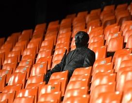 """Cảm động với câu chuyện về bức tượng lạ ngồi """"cô đơn"""" trên khán đài"""