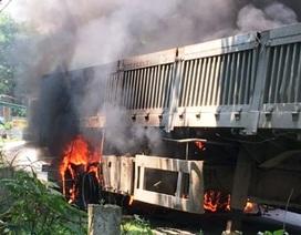 Xe đầu kéo bốc cháy dữ dội, tài xế điều khiển tránh khu dân cư