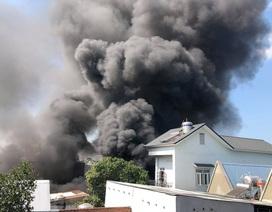 Kho chứa mút xốp cháy dữ dội, nhiều nhà dân phải sơ tán