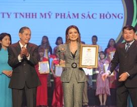 CEO Trương Thị Ngọc Thuỷ đại diện Mỹ phẩm Sắc Hồng nhận giải Thương hiệu chất lượng châu Á