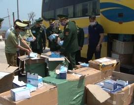 Bắt xe khách vận chuyển lậu lượng lớn khẩu trang y tế sang Lào
