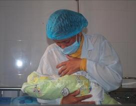 Bé gái chào đời trong khu cách ly Covid-19