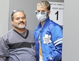 Justin Bieber đeo khẩu trang ra phố
