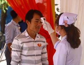 Đo thân nhiệt khách tham dự đám cưới có chú rể Hàn Quốc