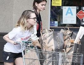 Kaia Gerber đeo găng tay đi siêu thị