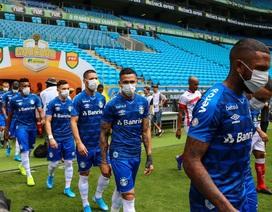 Cầu thủ Brazil đeo khẩu trang ra sân để yêu cầu hoãn giải đấu