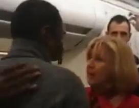 Ẩu đả trên máy bay: Hành khách nhổ nước bọt vào mặt và tát nữ tiếp viên