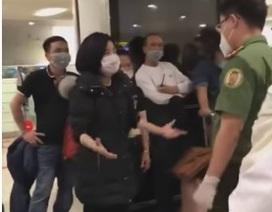 """Người Việt từ nước ngoài hồi hương tránh dịch gây """"náo loạn"""" sân bay"""