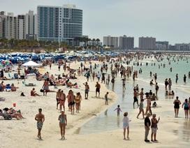 Hàng nghìn người đổ tới bãi biển Mỹ bất chấp đại dịch Covid-19