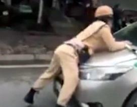Hà Nội: Tài xế lái taxi hất cảnh sát giao thông lên nắp ca-pô
