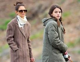 Katie Holmes cùng con gái dắt cún đi dạo