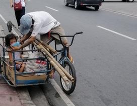 Hình ảnh cha nghèo nhường khẩu trang cho con gái khiến dân mạng cảm động