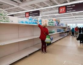 """Siêu thị tại Anh """"đau đầu"""" với việc người dân đổ xô mua đồ tích trữ"""