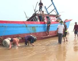 """Quảng Ngãi:  Tàu cá bị """"giăng lưới"""" nơi cửa biển"""