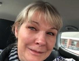 Y tá Anh bật khóc vì siêu thị trống trơn sau ca làm việc kéo dài 48 giờ
