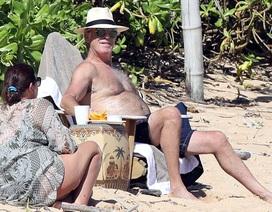 """""""Điệp viên 007"""" Pierce Brosnan đưa vợ đi tắm biển"""