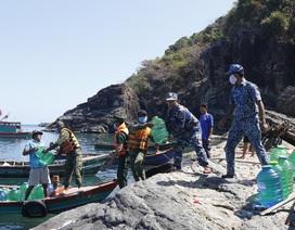 Cảnh sát biển mang nước ngọt hỗ trợ người dân đảo Hòn Chuối