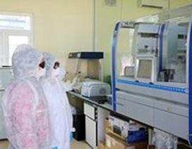 Vận hành máy tự động để xét nghiệm xác định Covid-19, cho kết quả nhanh