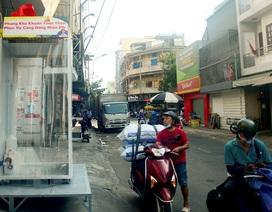 Người Sài Gòn sử dụng buồng khử khuẩn miễn phí đặt trên vỉa hè