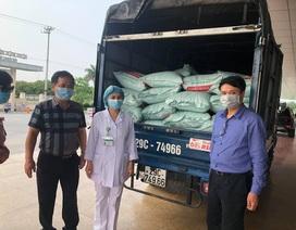 ĐH Thương Mại tặng 5 tấn gạo và 100 triệu đồng tới Bệnh viện Nhiệt đới TƯ 2
