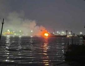 Tàu chở xăng bốc cháy, 2 người chết, một người mất tích