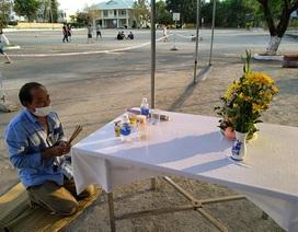Người đàn ông lập bàn thờ chịu tang cha trong khu cách ly