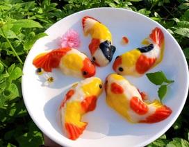 Khách xếp hàng dài, chờ mua bánh trôi hình cá chép