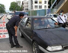 """Malaysia yêu cầu """"một người một xe"""" để ngăn chặn Covid-19"""