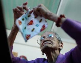 Mẹ Việt Nam anh hùng 95 tuổi cặm cụi may khẩu trang tặng người nghèo