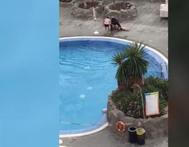 Vi phạm lệnh cách ly, người phụ nữ bị kéo lên khỏi bể bơi và bắt giữ
