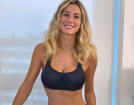 Nữ phóng viên thể thao xinh đẹp nghiêm túc cách ly mùa dịch Covid-19