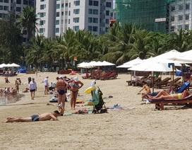 """Du khách """"say nắng"""" trên bãi biển, tản bộ trong mùa dịch Covid-19"""