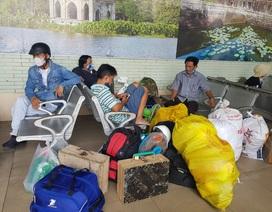 Người dân lỉnh kỉnh đồ đạc rời Sài Gòn về quê tránh dịch